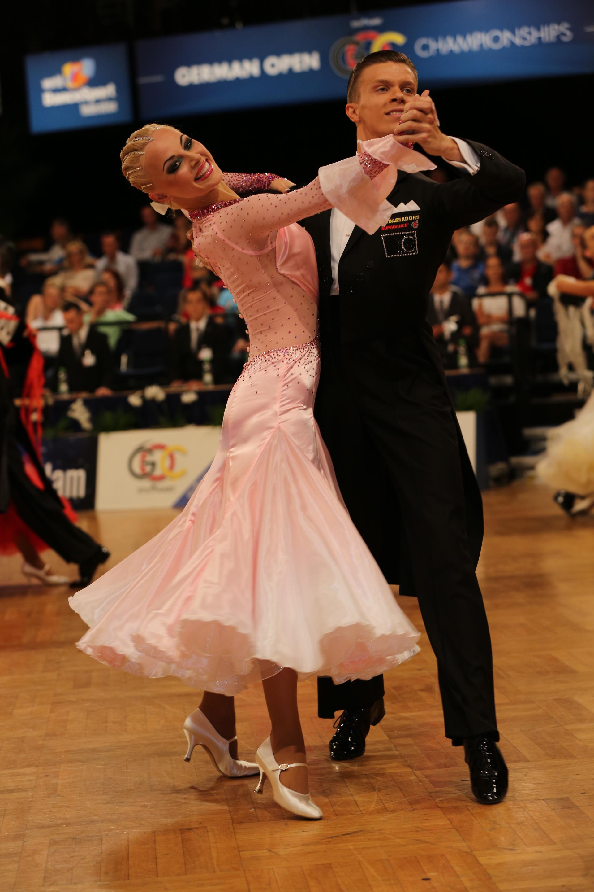 anton-skuratov-and-alona-uehlin-wdsf-am-ballroom